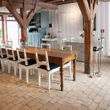 Tegelgolv med rå yta i restaurang